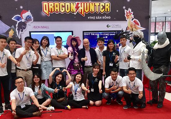 <p>Hiện nay tại Việt Nam đã xuất hiện khá nhiều các startup cũng như các công ty phần mềm lớn bắt đầu cung cấp những ứng dụng, sản phẩm phát triển trên nền tảng công nghệ VR, đặc biệt trong lĩnh vực Marketing, Giải trí, Đào tạo, Kiến trúc và Nội thất.</p> <p>Tại CO-WELL Asia, công nghệ VR đã được đưa vào nghiên cứu và phát triển từ khá sớm, tập trung vào 2 mảng chính đó là xây dựng VR content và phát triển phần mềm tương ứng sử dụng các phần mềm trung gian hỗ trợ như Unity 3D, BlenderVR,…</p>